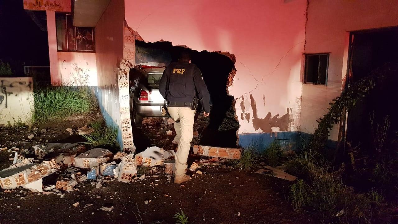 Homem morre após carro sair da pista e atravessar parede de antigo posto de pedágio na BR-285 - Notícias - Plantão Diário