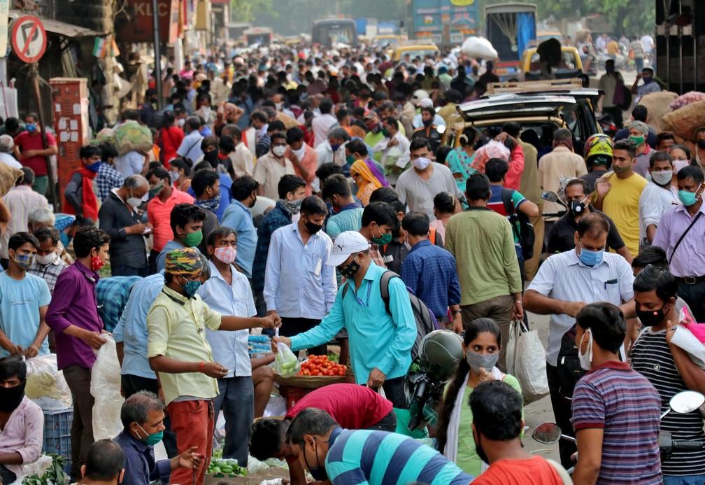 Indianos fazem compras em mercado lotado em Mumbai, capital financeira da Índia, em meio à pandemia, em 21 de abril deste ano — Foto: Niharika Kulkarni/Reuters