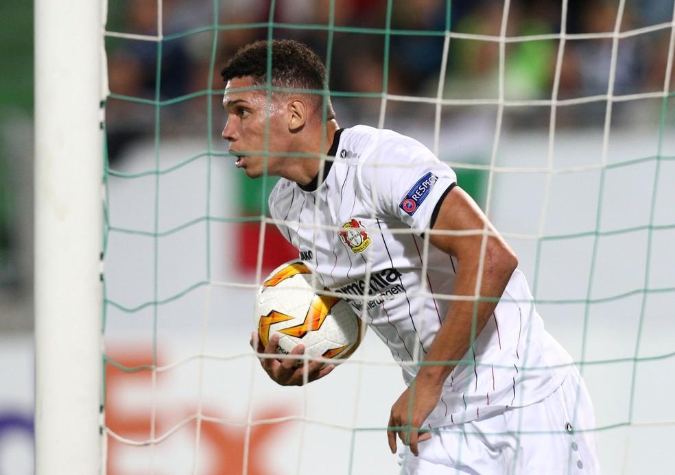 Paulinho em ação no Bayer Leverkusen — Foto: Reuters