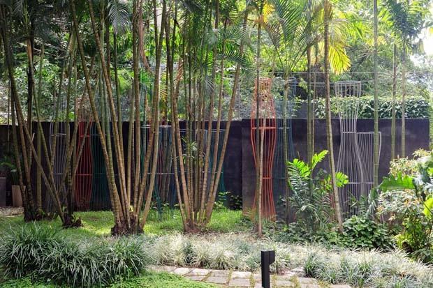 Obras de Carlos vergara no jardim tropical (Foto: Jaime Acioli)