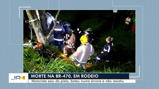 Homem morre após carro sair de pista e bater em árvore no Vale do Itajaí