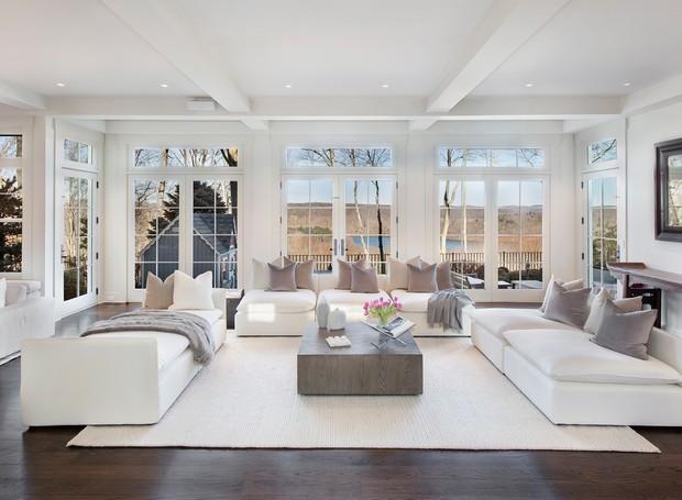 A arquitetura e decoração da sala de Bruce Willis é predominantemente branca (Foto: The Wall Street Journal/ Reprodução)