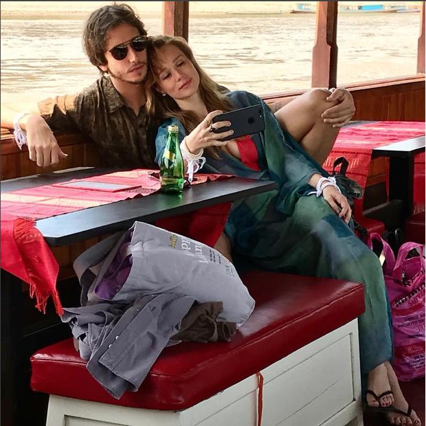 Mariana Ximenes e o namorado Felipe Fernandes em momento romântico durante passeio no rio Mekong (Foto: reprodução Instagram)
