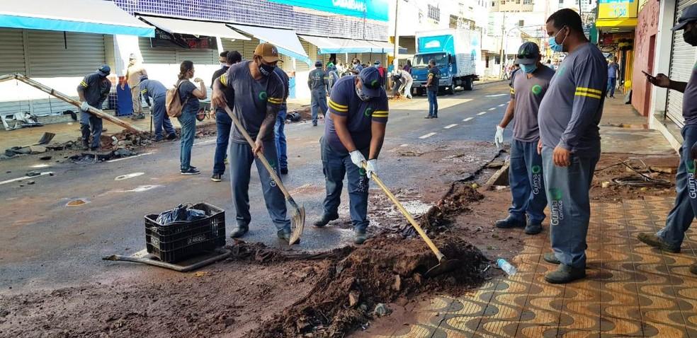 Equipes fazem limpeza nas vias de São Carlos — Foto: Prefeitura de São Carlos/Divulgação