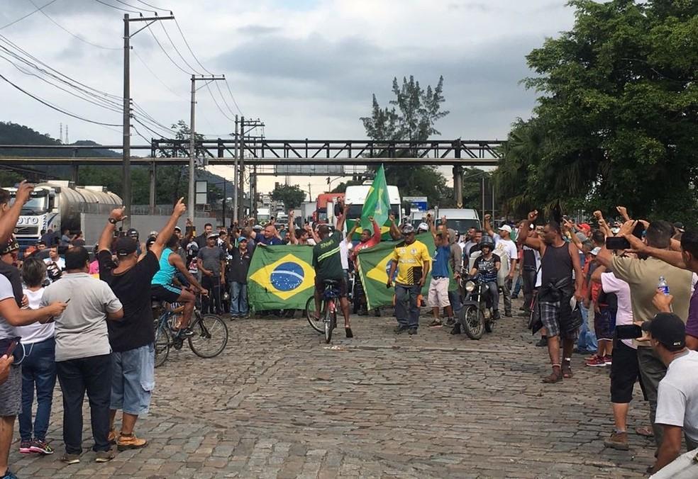 Caminhoneiros permanecem protestando nos acesso ao Porto de Santos, SP (Foto: Solange Freitas/G1)