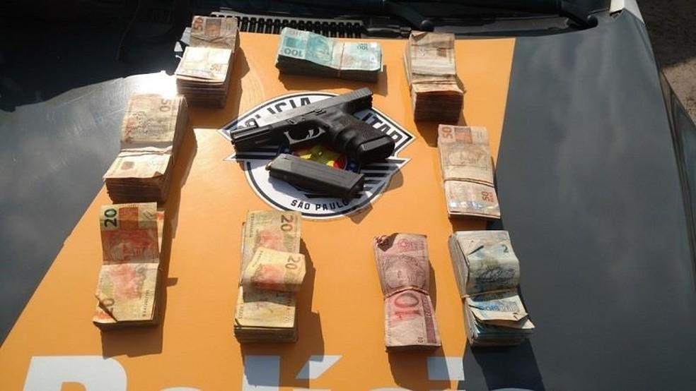 Duas pessoas foram presas e dinheiro foi recuperado após crime no litoral norte  (Foto: PM/Divulgação)