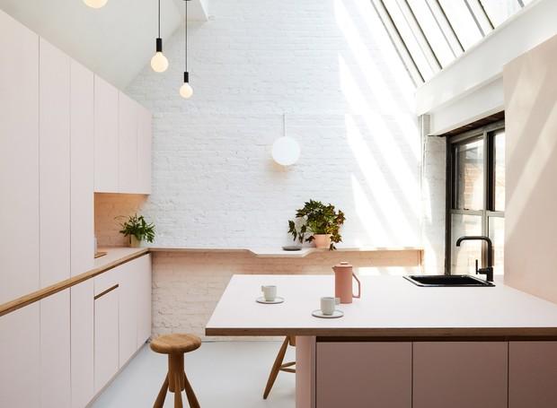 O rosa millennial traz calmaria e combina bem com a simplicidade do estilo escandinavo (Foto: Nicole Franzen/ Reprodução)