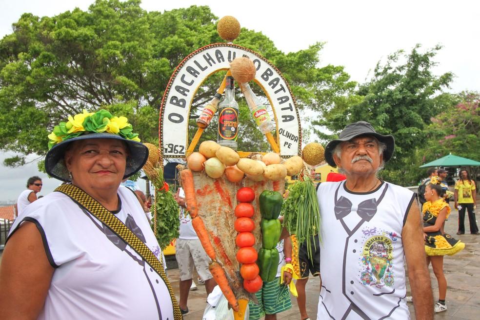 Maria José Neves e Antônio Lucena com o estandarte do Bacalhau do Batata, em Olinda, que é feito na manhã da Quarta de Cinzas  (Foto: Aldo Carneiro/Pernambuco Press)