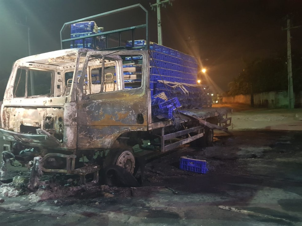 Motorista iria buscar uma carga de frango quando foi interceptado pelos criminosos e teve o caminhão incendiado. — Foto: Rafaela Duarte/ Sistema Verdes Mares