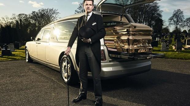 """Rolls-Royce e caixão dourado: """"velório ostentação da A.W. Lymn"""", empresa especializada em serviços de luxo para funerais (Foto: A.W. Lymn)"""
