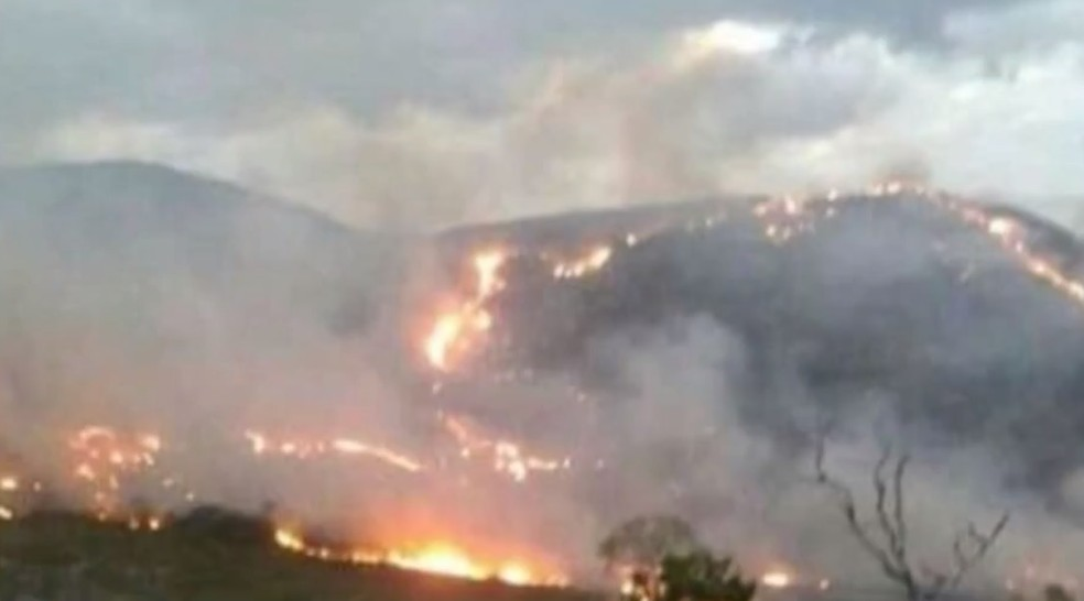 Incêndio de grande proporções atinge vegetação na Bahia no sudoeste da Bahia — Foto: Divulgação/Secretaria do Meio Ambiente de Rio de Contas