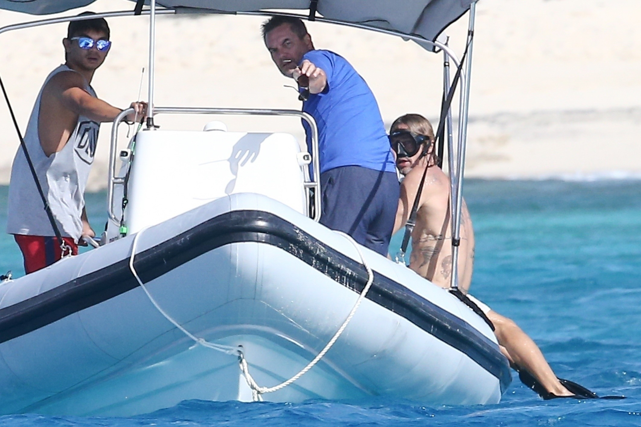 Photo © 2021 Backgrid/The Grosby GroupProvidenciales, TURKS AND CAICOS ISLANDS  - *PREMIUM-EXCLUSIVE*  - Brad Pitt and pal Flea are spotted during a getaway in Turks and Caicos. The two long time pals were spotted out on a boat ride where they headed of (Foto: Backgrid/The Grosby Group)