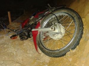 Motociclista invadiu obra e atingiu soldados do Exército (Foto: Polícia Rodoviária Federal / Divulgação)