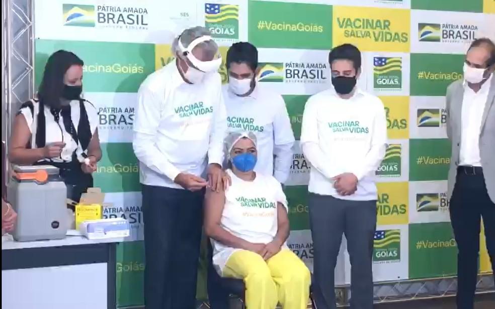 Primeira profissional da saúde é vacina contra o coronavírus em Goiás — Foto: Gabriel Garcia/TV Anhanguera