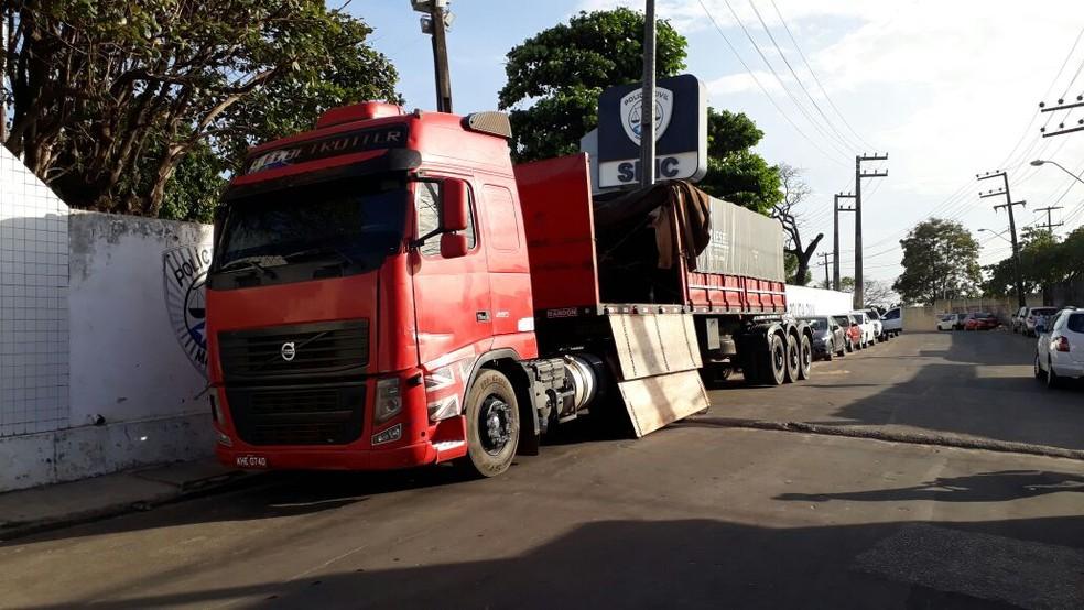 Droga estava sendo transportava por esta carreta no Mirítiua, em São José de Ribamar (Foto: G1 Maranhão)