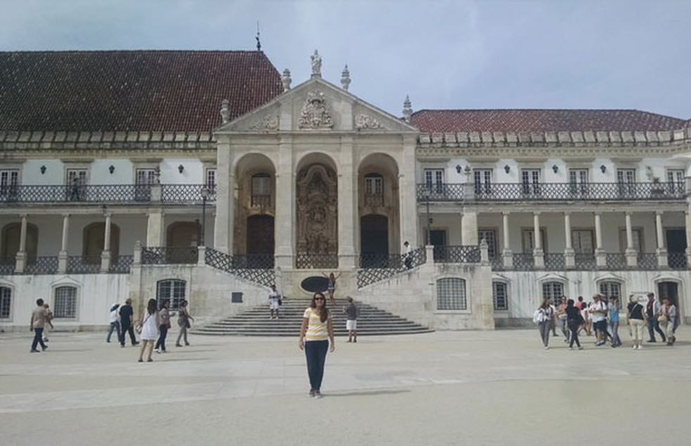 Brasilera Ana Spinelli registra a frente da Universidade de Coimbra, em Portugal, onde estuda direito. (Foto: Arquivo pessoal)
