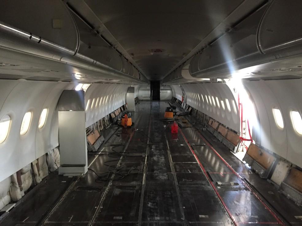Interior de aeronave da Latam desmontado no Centro de Manutenção de São Carlos — Foto: Fabiana Assis/G1