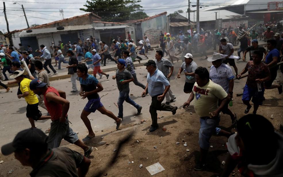 Apoiadores de Evo Morales e oposicionistas entram em confronto nas ruas de Santa Cruz, na Bolívia — Foto: Reuters/Ueslei Marcelino