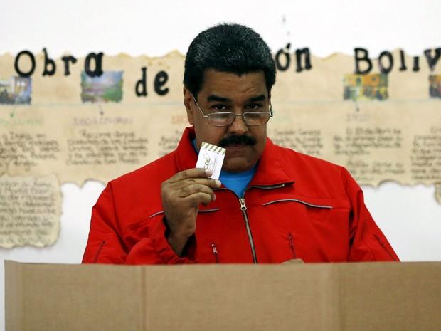 O presidente da Venezuela, Nicolás Maduro, posa com cédula antes de depositar seu voto em urna em Caracas, no domingo (6) (Foto: Reuters/Carlos Garcia Rawlins)