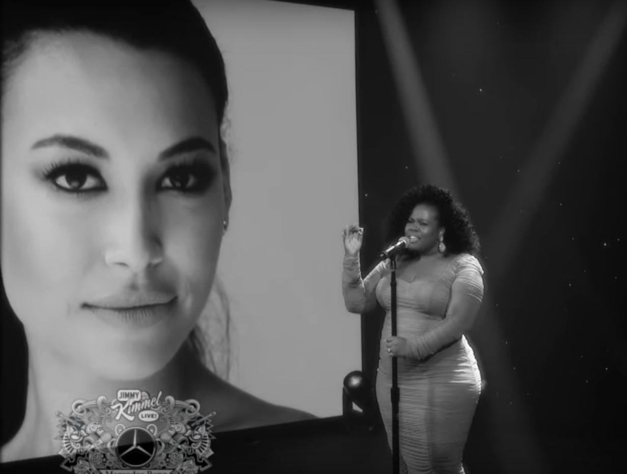 Amber Riley em homenagem a Naya Rivera (Foto: YouTube)