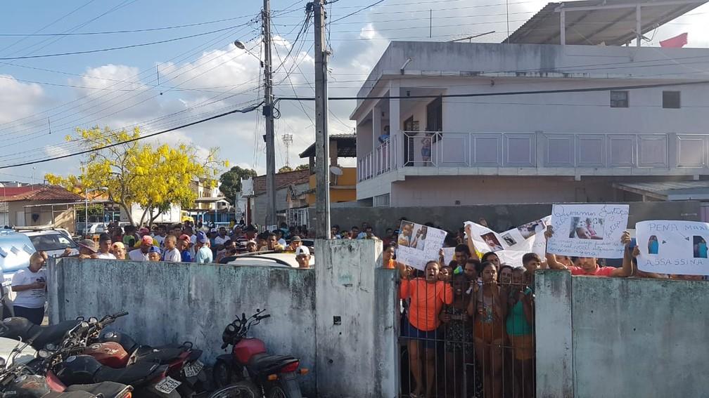 Delegacia de Maragogipe cercada por moradores pedindo justiça  — Foto: Jony Torres/TV Bahia