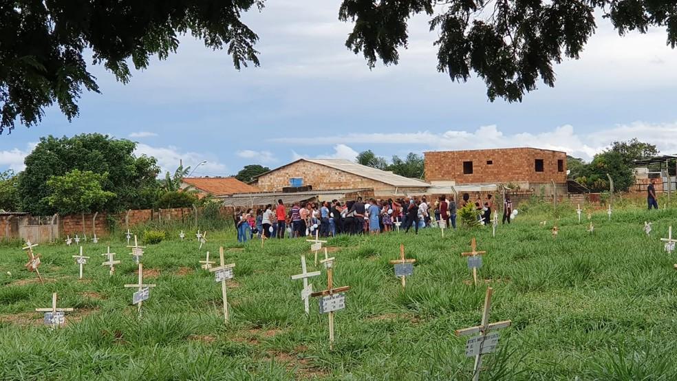 Parentes e amigos prestaram homenagens e Brayan e Adriana, que morreram atropelados em Sete Lagoas. Enterro foi no Cemitério Parque Boa Vista. — Foto: Fabiana Almeida / TV Globo