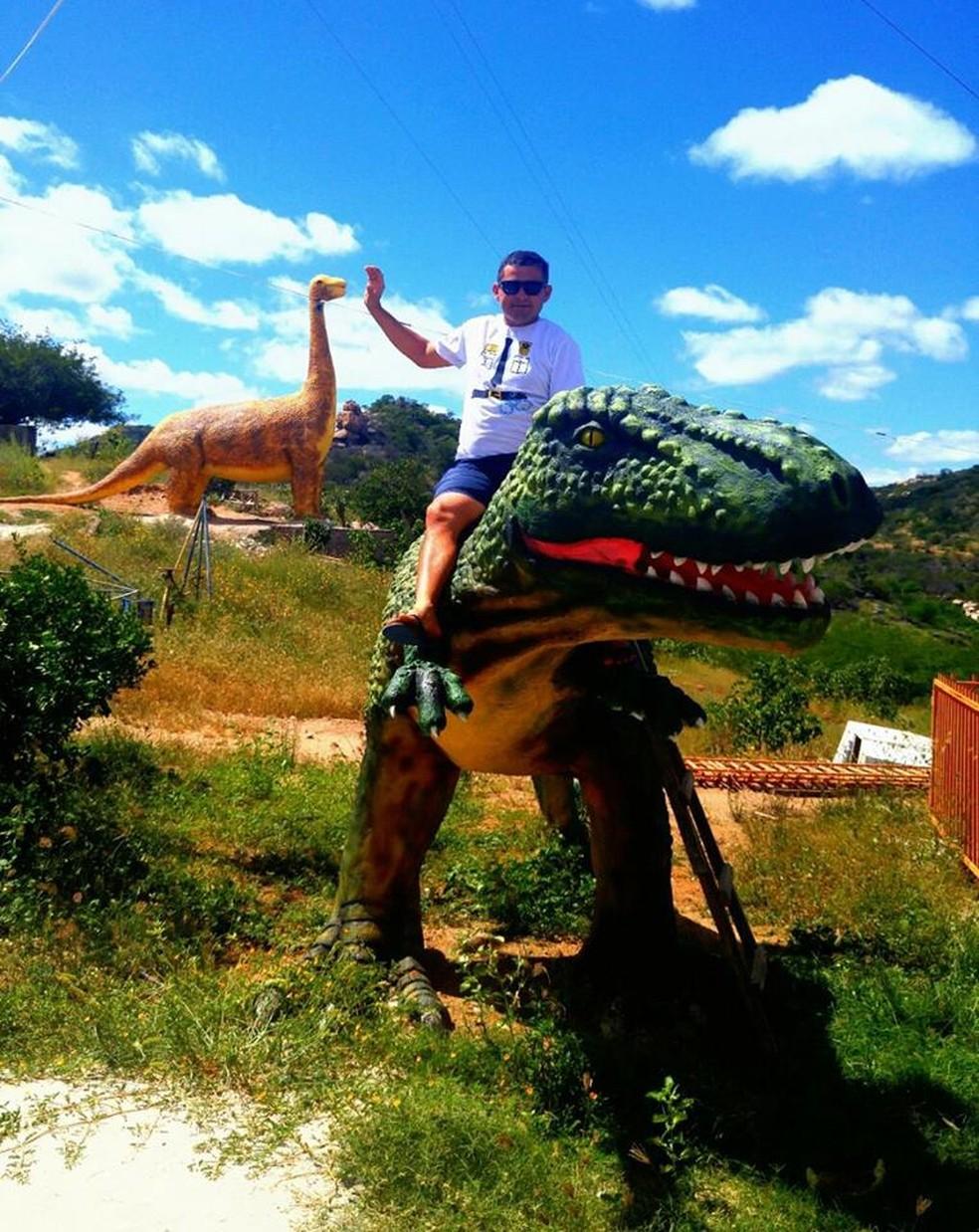 Artista Iron Garcia começou a construir parque de dinossauros em Parelhas (Foto: Arquivo Pessoal)