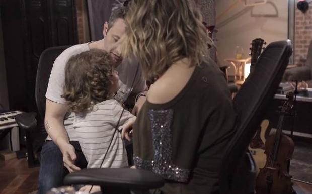 Sandy, Lucas e o filho, Theo (Foto: Reprodução/Youtube)