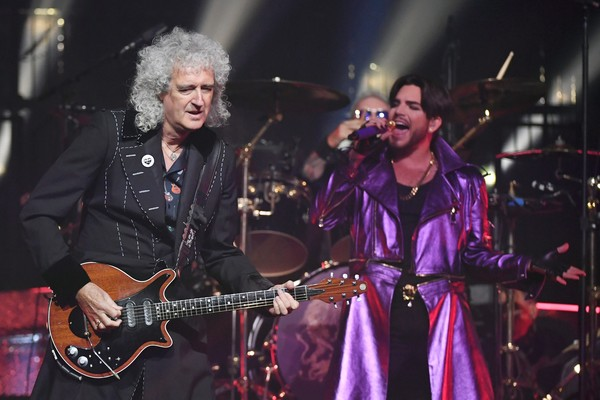 O cantor Adam Lambert, com o baterista Roger Taylor e o guitarrista Brian May no show do Queen (Foto: Getty Images)