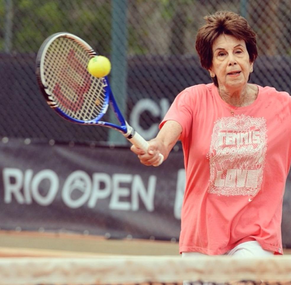 Maria Esther Bueno durante bate-bola no Rio Open, em 2014 (Foto: Reprodução)