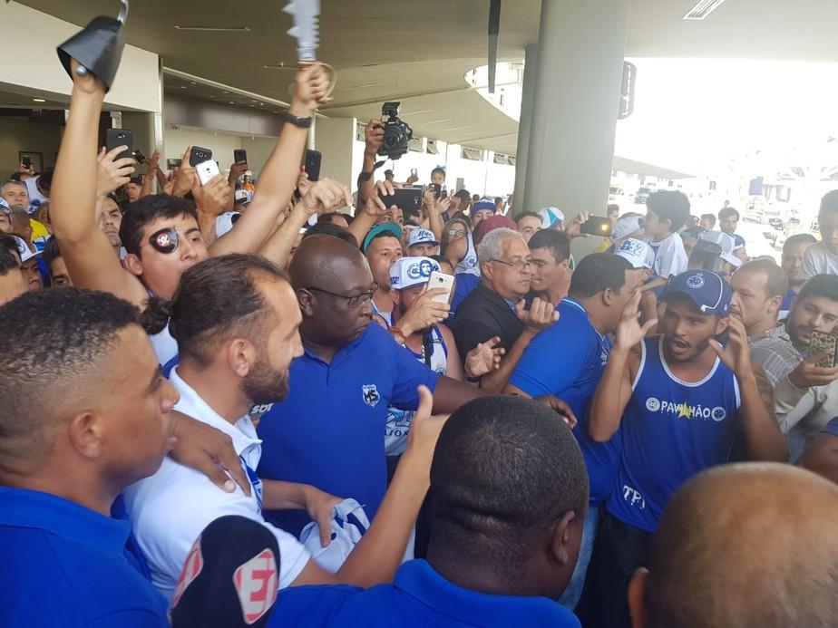 Barcos é recebido por torcedores do Cruzeiro na chegada a Belo Horizonte
