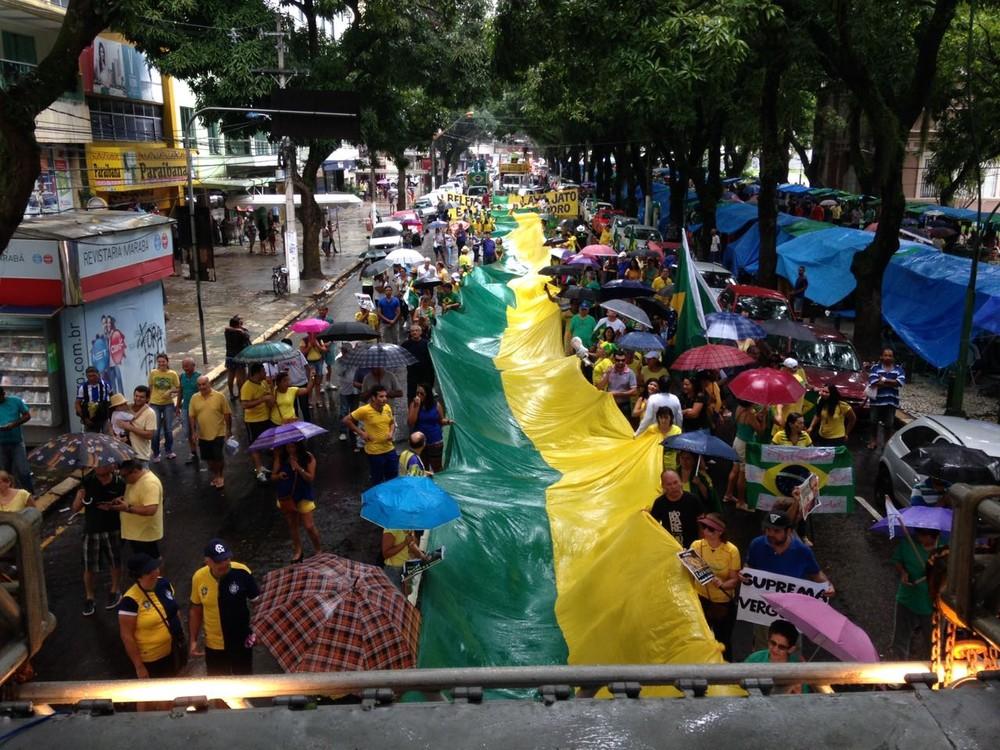 Cerca de 300 pessoas realizaram uma passeata à favor ao juiz Sérgio Moro, à operação da Lava Jato, da Polícia Federal, e da reforma polícia, em Belém (Foto: Chrystiam Nascimento/TV Liberal)
