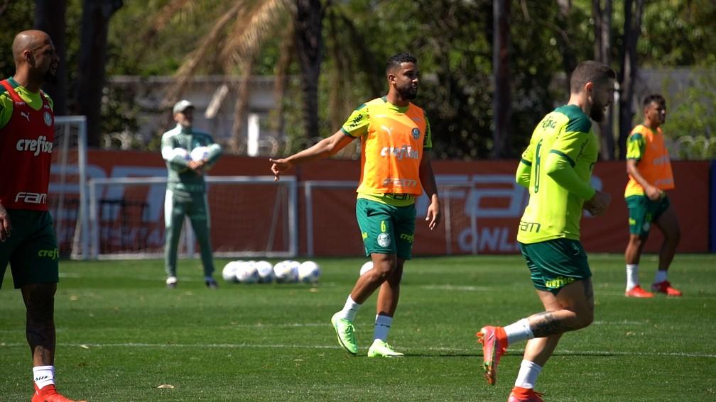 Lateral Jorge no treino com bola do Palmeiras — Foto: Reprodução/TV Palmeiras