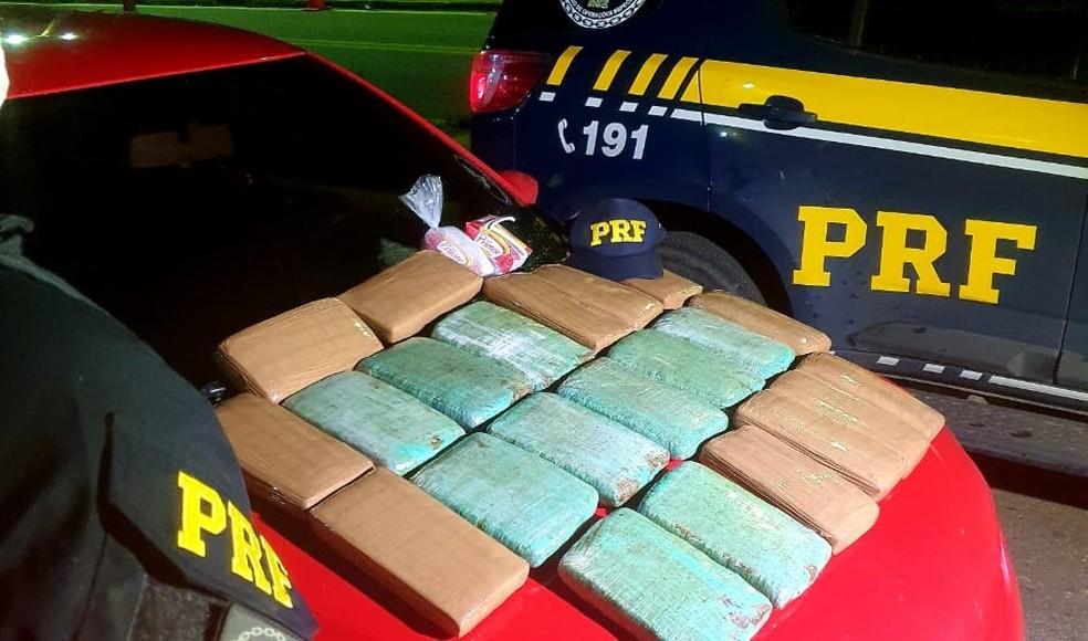 OS 22 kg de maconha estavam dentro de uma mala no banco traseiro de um veículo — Foto: PRF/Divulgação