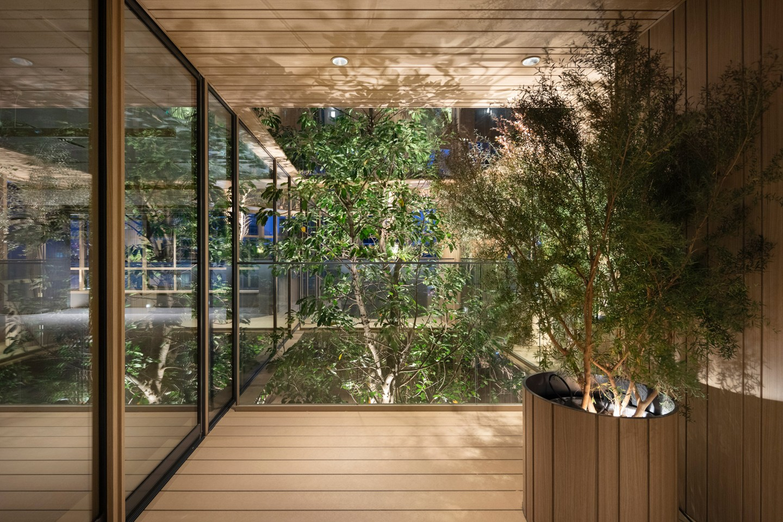 Prédio envolve áreas verdes na fachada para levar mais natureza para os interiores (Foto: Divulgação)