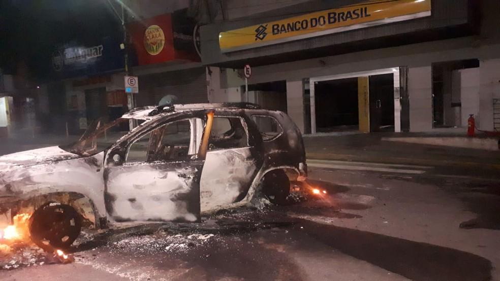 Um dos carros destruídos foi incendiado na frente do banco (Foto: Polícia Militar/Divulgação)