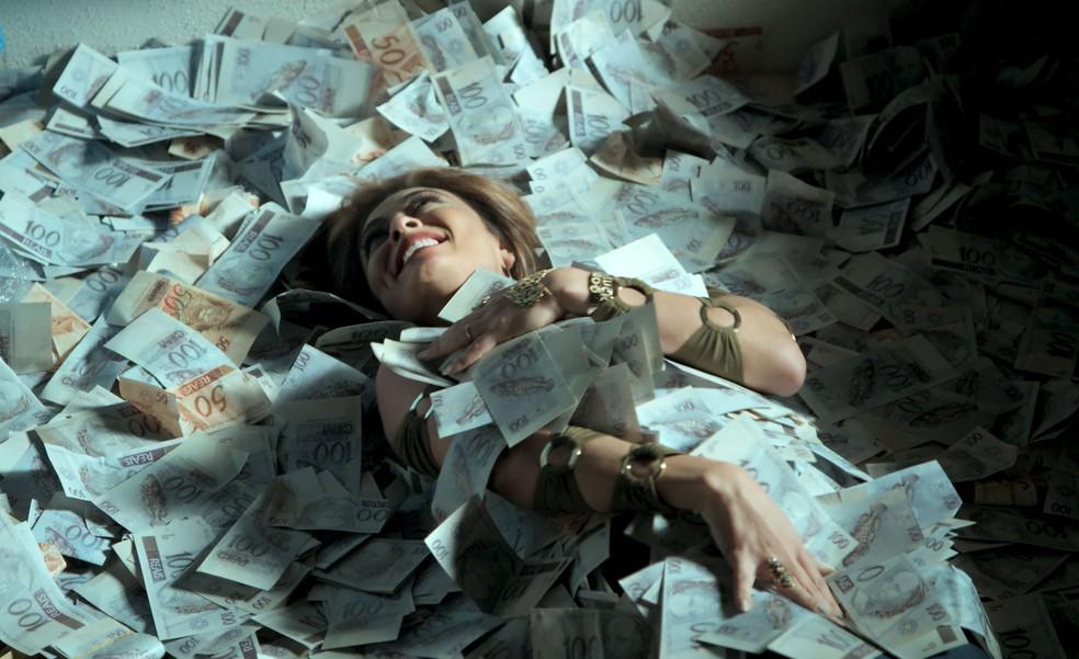 Em 'A Força do Querer', Bibi (Juliana Paes) posta foto sua nadando em dinheiro  — Foto: TV Globo