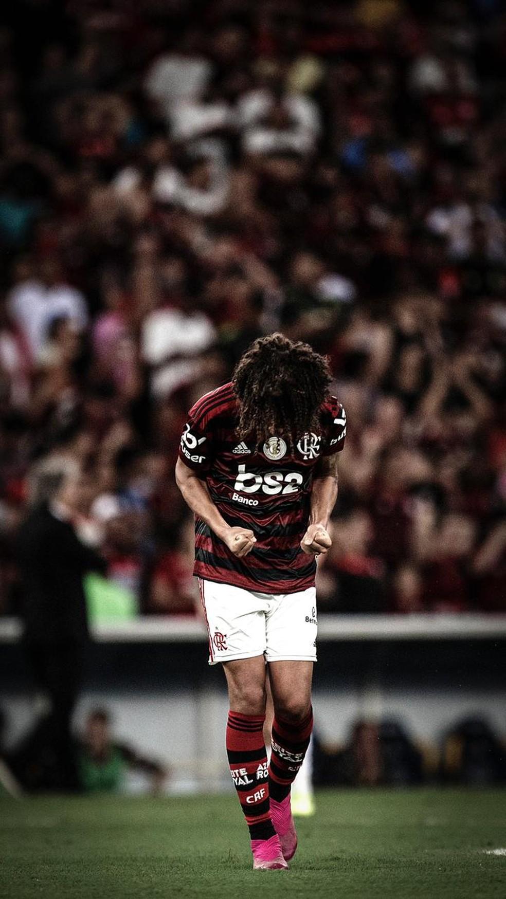 Decisivo no ataque e incansável na defesa, volante alcança marca histórica no Flamengo
