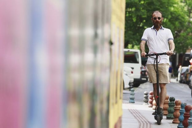 Empresa afirma que em muitas cidades a maioria das viagens de carro é de curto percurso, o que abre um nicho para os patinetes (Foto: GETTY IMAGES)