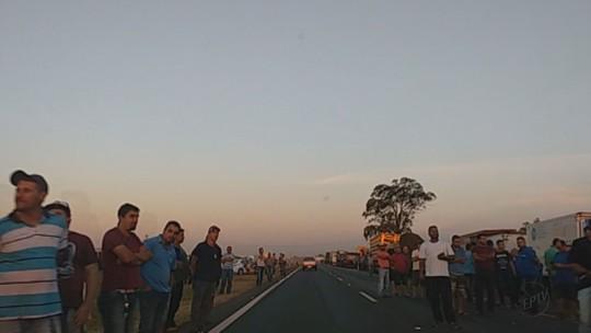 Rodovias de 6 cidades do interior de SP têm protestos de caminhoneiros com lentidão, pneus queimados e até acidente