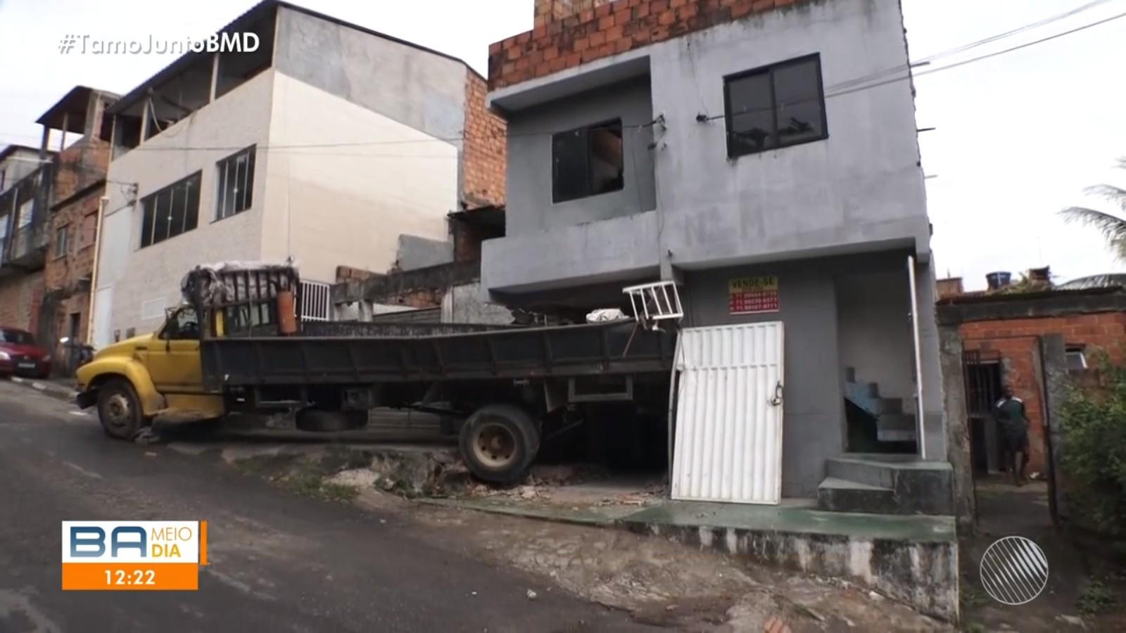 Caminhão desgovernado desce ladeira e invade imóvel na região metropolitana de Salvador