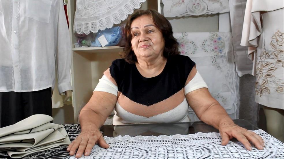 Iracema Nogueira usa a mesma máquina de bordados há 40 anos — Foto: Reprodução/Inter TV Costa Branca