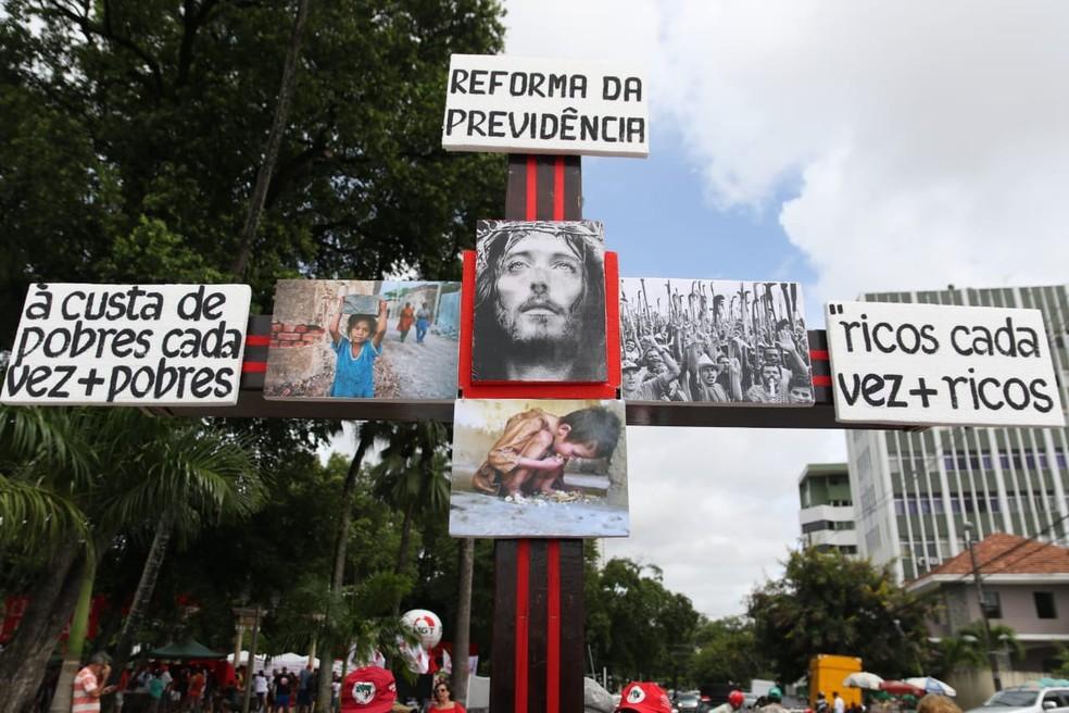 Reforma da Previdência foi criticada durante ato de centrais sindicais, nesta quarta-feira (1º), Dia do Trabalhador, no Recife — Foto: Marlon Costa/Pernambuco Press