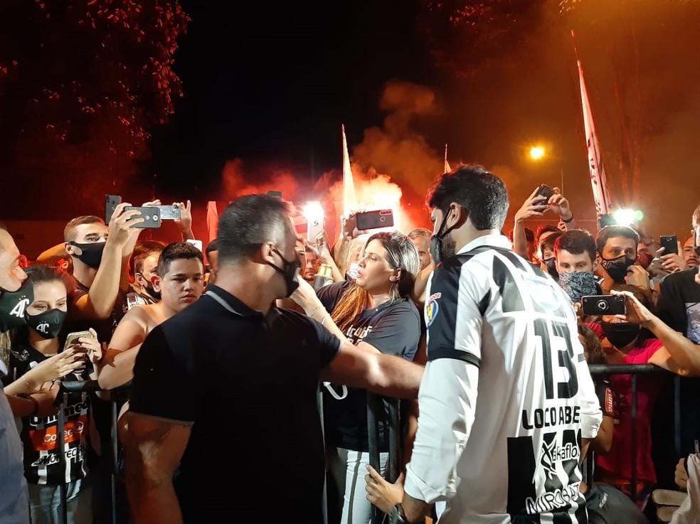 Torcedores se aglomeraram e receberam a grande contratação do Athletic  — Foto: Thaís Fullin