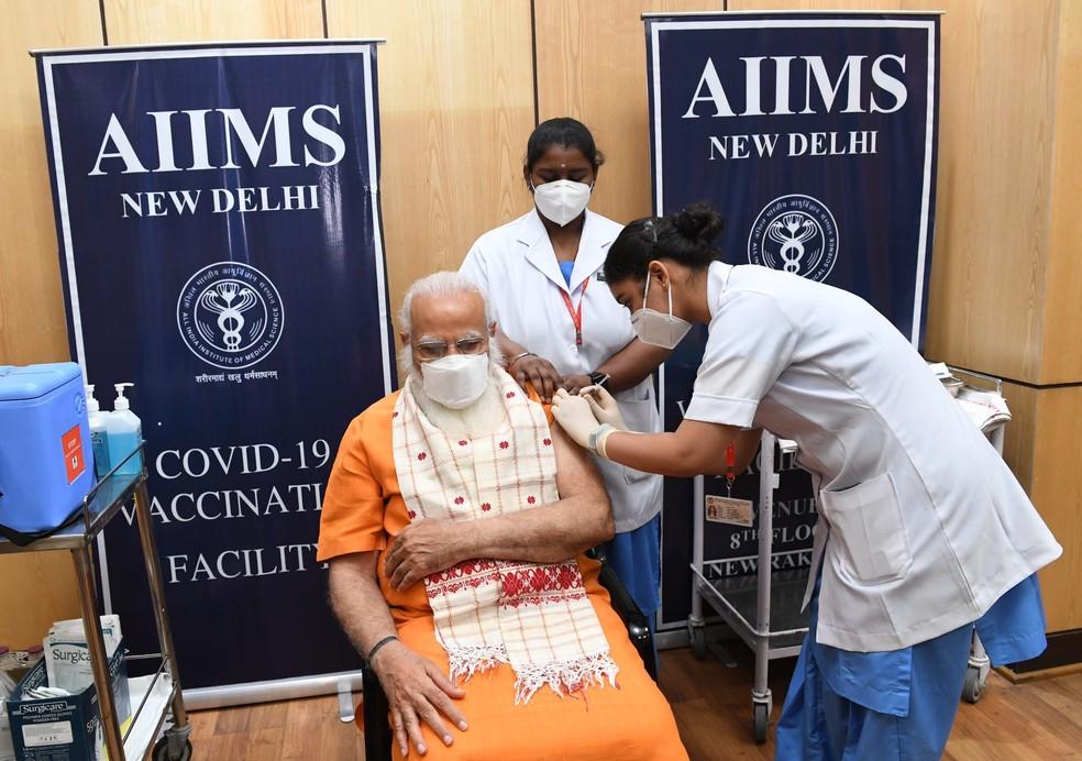 O primeiro-ministro da Índia, Narendra Modi, toma a segunda dose da vacina contra a Covid-19 e diz que 'a vacinação é uma das poucas maneiras de derrotar o vírus' — Foto: Twitter/Narendra Modi