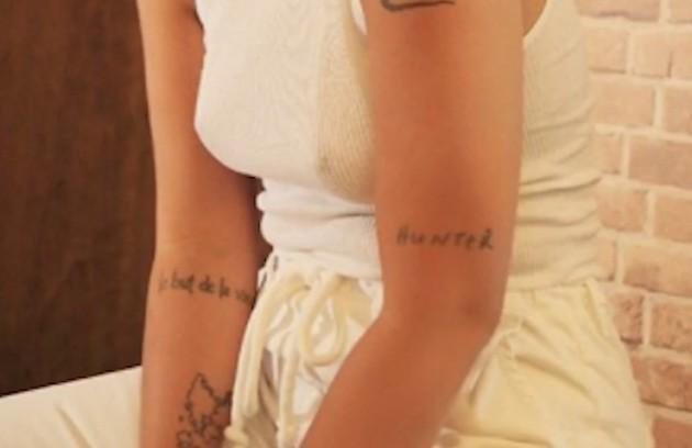 """Ainda no braço, ela tem a palavra """"Hunter"""" – caçador em inglês – escrita: """"Essa palavra, para mim, representa uma força muito grande de um dos meus orixás que eu amo muito, que é Oxóssi' (Foto: Reprodução/ YouTube)"""