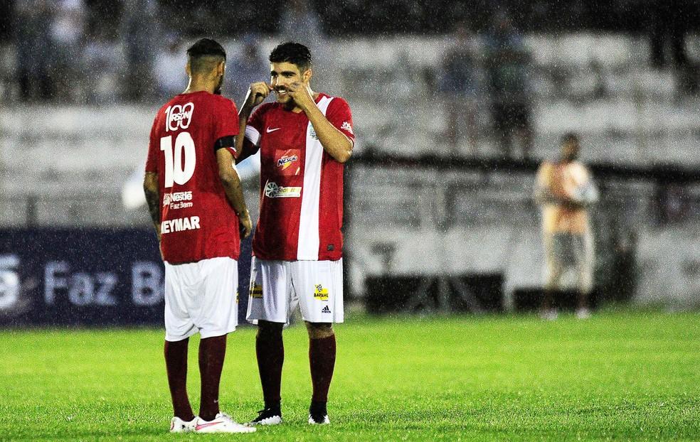 Caio Castro em campo com Kaká, na edição 2014 do Fome de Bola, em Jundiaí  (Foto: Marcos Ribolli)