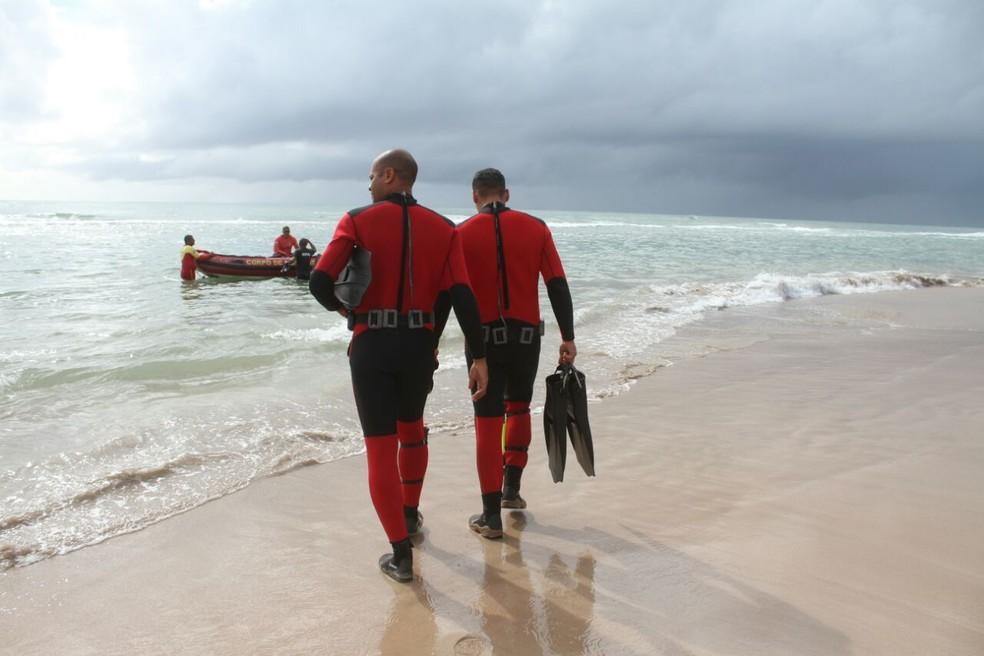 Bombeiros mergulhadores se preparam para entrar no mar, para resgate da fuselagem do Globocop que caiu no Recife, nesta terça-feira (23) (Foto: Aldo Carneiro/Pernambuco Press)