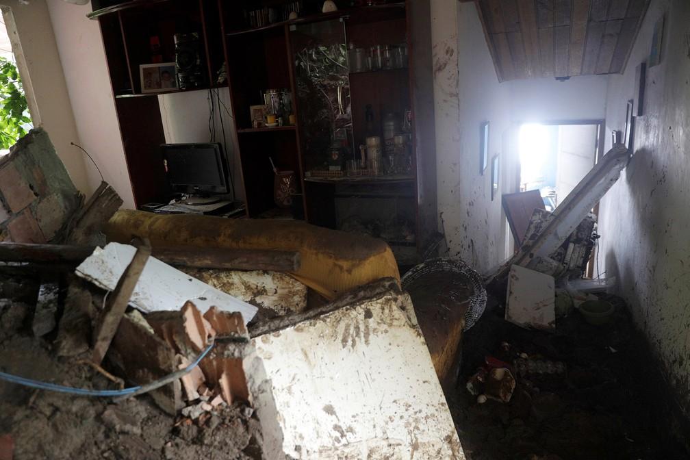 Interior de uma casa atingida por deslizamento causado pelo temporal em Barra de Guaratiba, no Rio — Foto: Ricardo Moraes/Reuters