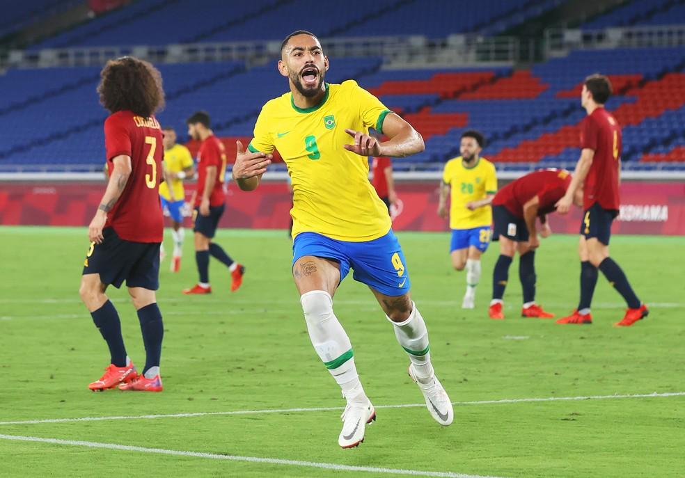 Matheus Cunha comemora gol na final das Olimpíadas de Tóquio 2020 — Foto: ALEXANDER HASSENSTEIN; getty
